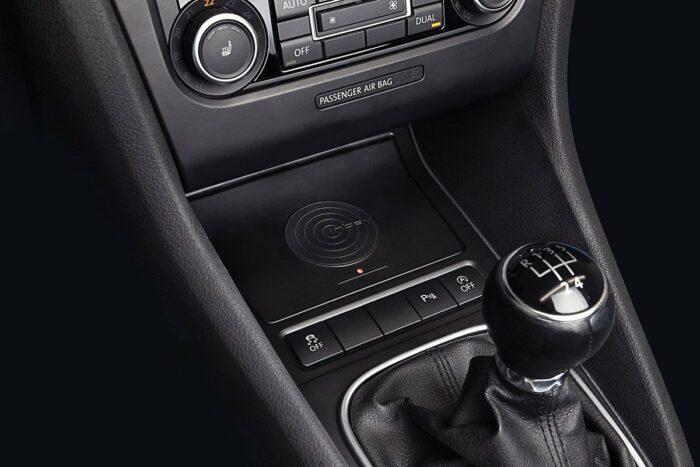 Induktive Ladeschale für Smartphone im VW Golf 5