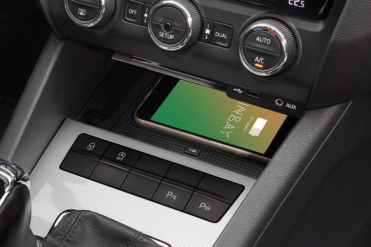 Smartphone auf Wireless Charging Ablage im Skoda Octavia